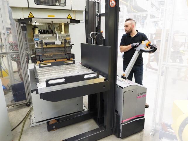 Üretim mühendisi Tobias Gerst, ROEMHELD'in yeni taşıma arabasıyla bir aleti yandan indirirken