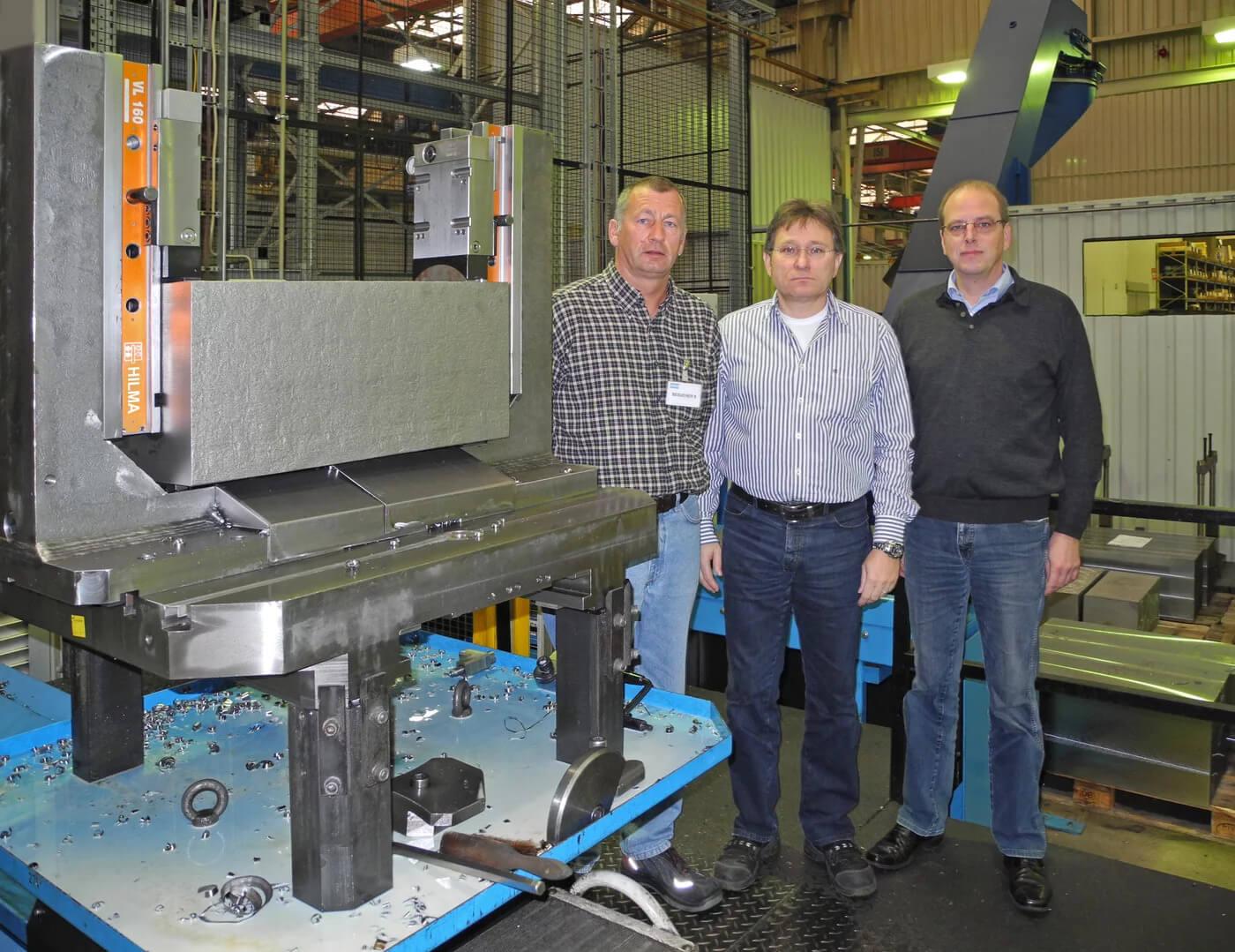 (soldan sağa) Andreas Menn, ROEMHELD servis teknisyeni, Atlas Copco Construction Tools'da jig ve fikstür yapımı için ekipman mühendisi Michael Beer ve Hilchenbach tesisinden ROEMHELD satış temsilcisi Christoph Neuhaus.