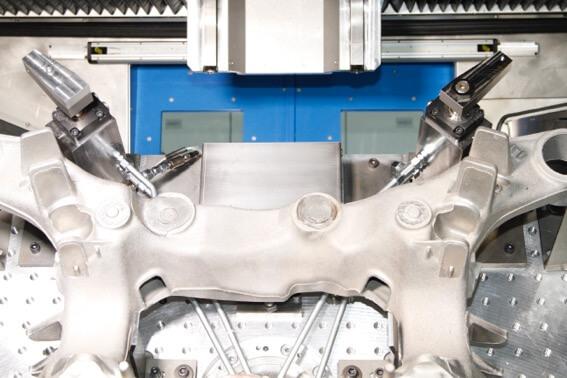 Fikstürde gerekli verileri toplamak için sensörlerle donatılmış iki modifiye edilmiş hidrolik standart döner kelepçe ve ROEMHELD'den bir basınç sensörü kullanılır. Wenzler'in TechCenter'ındaki bir makineye test fikstürünün montajı.
