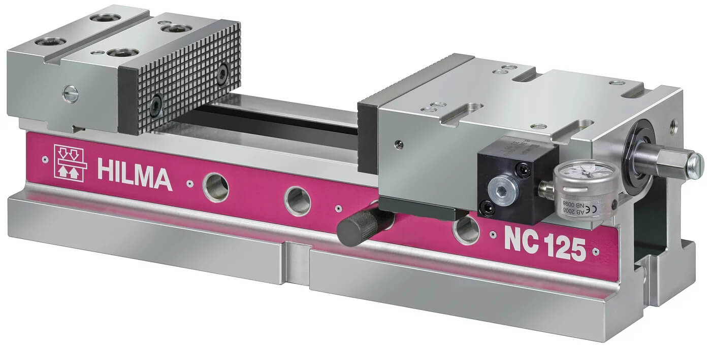 2010 yılında piyasaya sürülen hidro-mekanik Hilma mengene, sıkma kuvvetinin doğru şekilde görüntülenebilmesi için basınç göstergesine sahip bir mengenedir.